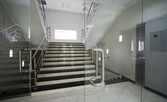 steklyannye-dvernye-konstrukcii-www-ural-org
